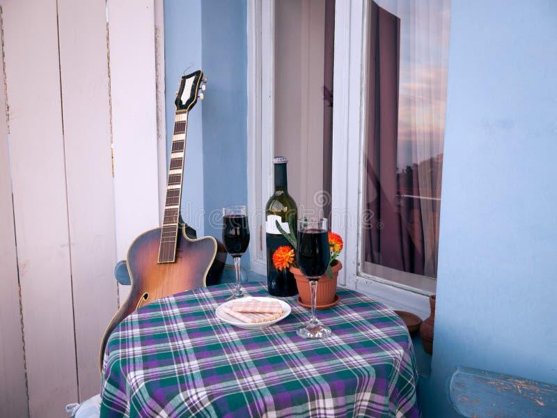 杯在阳台的酒 免版税库存图片