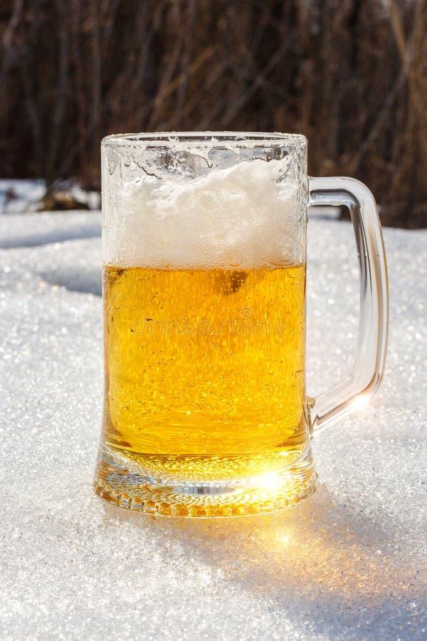 杯在雪的啤酒 免版税库存图片