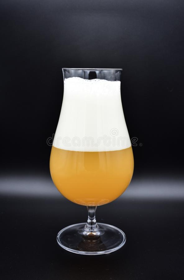 杯在黑背景的啤酒,杯啤酒 图库摄影