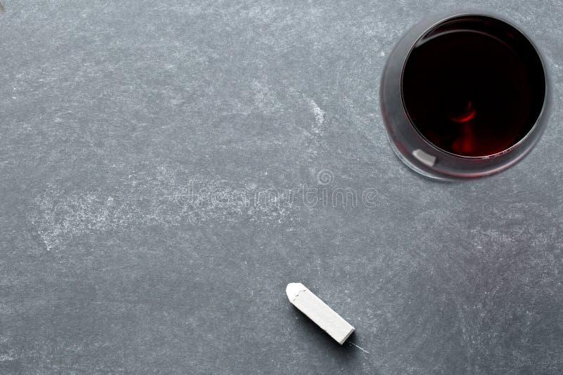 杯在黑板的酒 库存照片