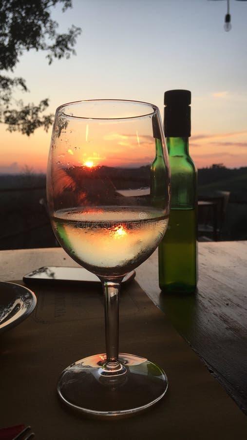 杯在Toskany的白酒 免版税库存照片