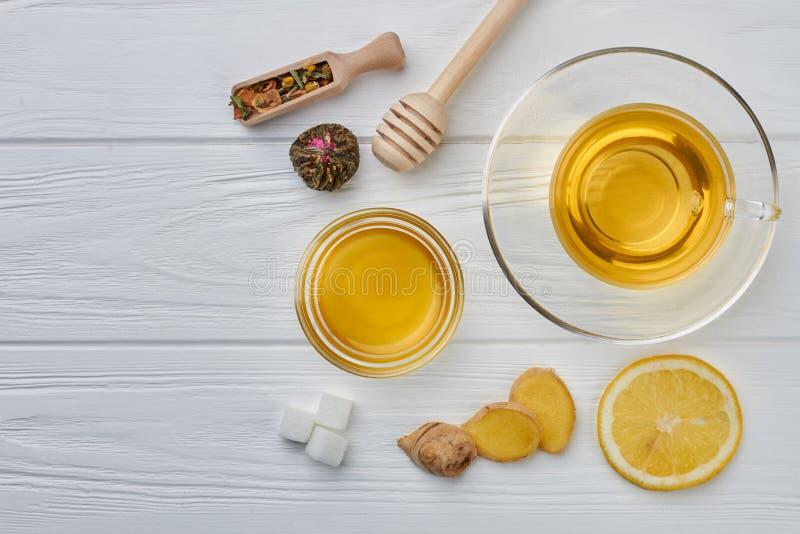 杯姜茶用蜂蜜和柠檬在木桌上 库存照片