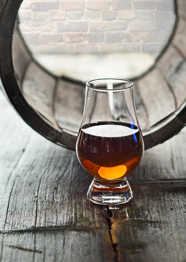 杯威士忌酒和老桶 库存图片