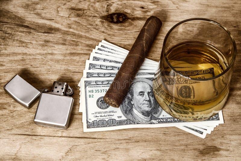 杯威士忌酒和金钱 库存图片