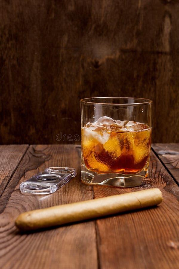 杯威士忌酒和雪茄 库存照片