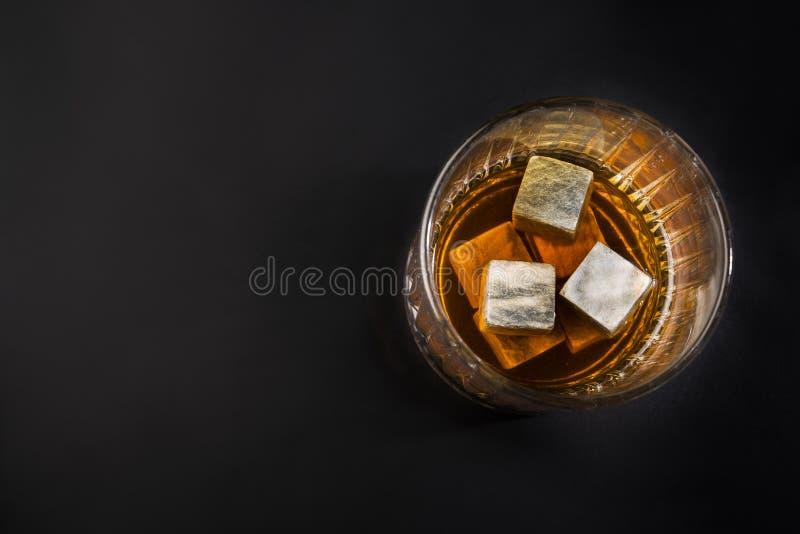 杯威士忌酒或白兰地酒与岩石 库存图片