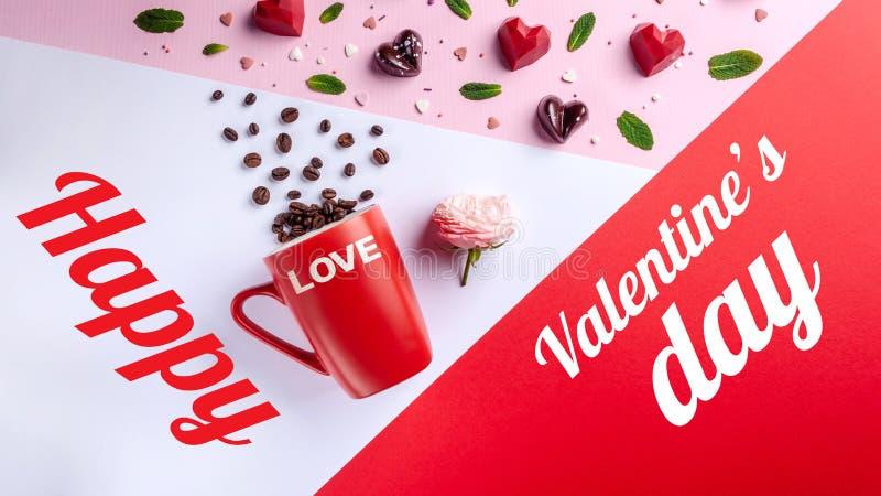 杯子、咖啡豆、桃红色玫瑰和被塑造的巧克力糖心脏,顶视图 情人节浪漫贺卡 库存照片
