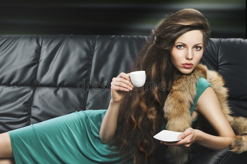 杯子典雅的女孩绿色年轻人 免版税图库摄影