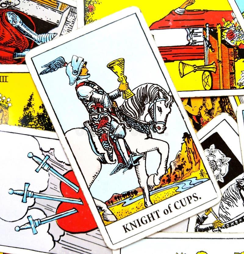 杯子占卜用的纸牌的骑士 库存例证