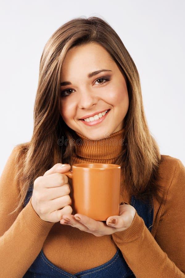 杯子可爱的茶妇女 免版税库存图片