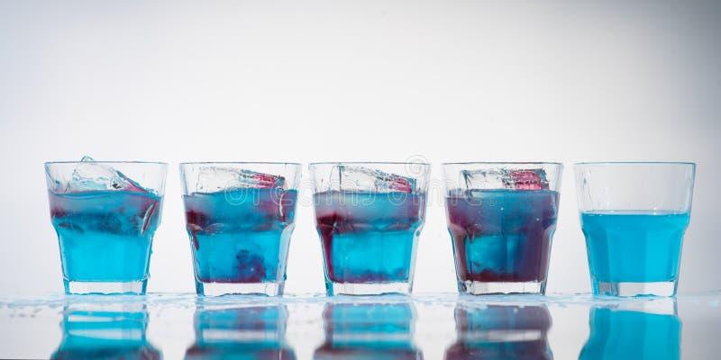 杯子和小玻璃行线  免版税库存照片