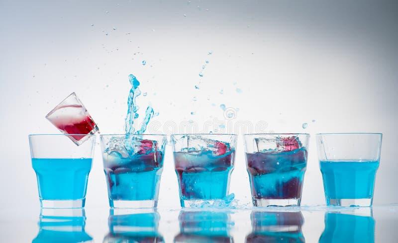 杯子和小玻璃行线  库存照片