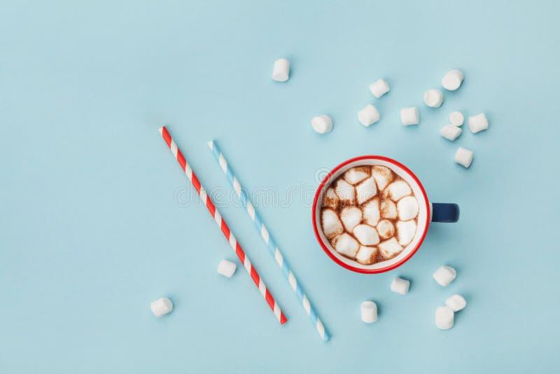 杯子热的可可粉或巧克力和秸杆在绿松石台式视图 平的位置 库存照片