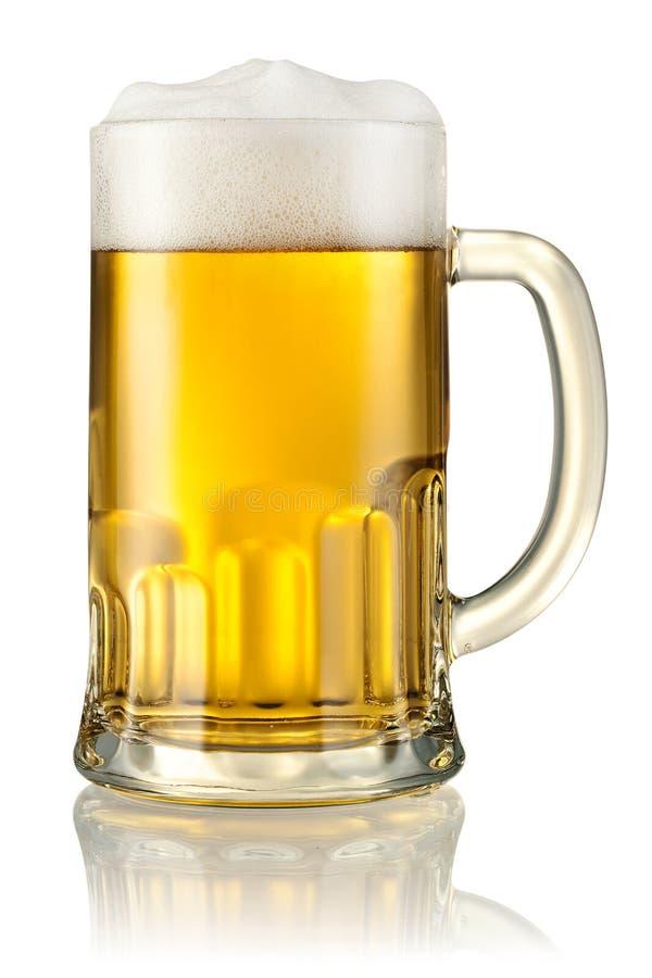 杯子用在白色隔绝的啤酒。裁减路线 免版税库存图片