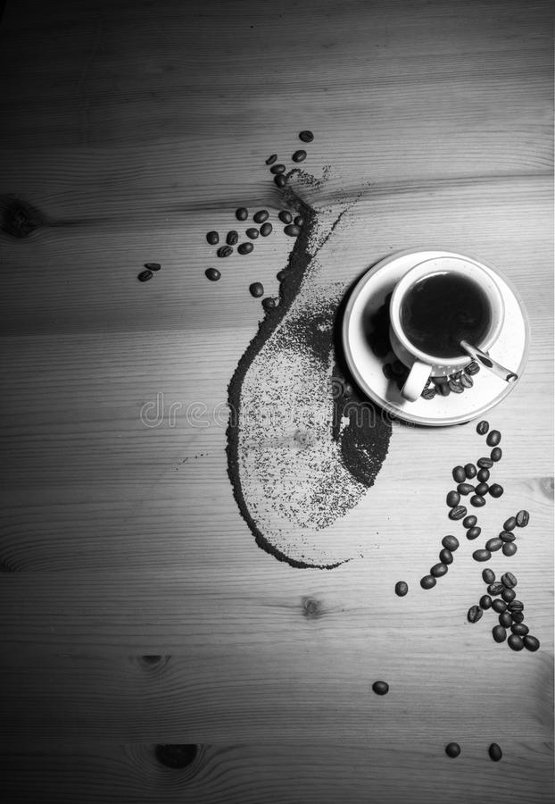 杯子的咖啡定期的老葡萄酒减速火箭的图象嗅到黑热的咖啡好有烤咖啡豆顶视图 免版税库存照片