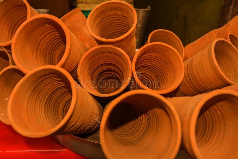 杯子的图象由泥或沙子制成称kulhad/kullhad用于服务地道印度饮料叫少女/lassi,牛奶,茶 手 免版税库存照片