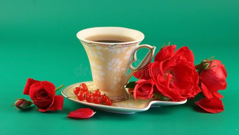 杯子红色玫瑰茶 免版税库存照片