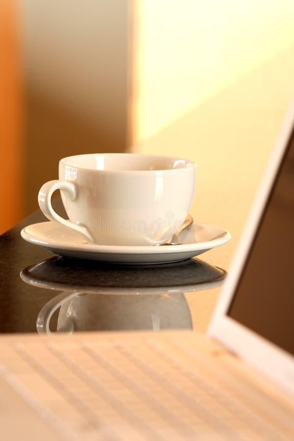 杯子膝上型计算机茶 免版税库存照片