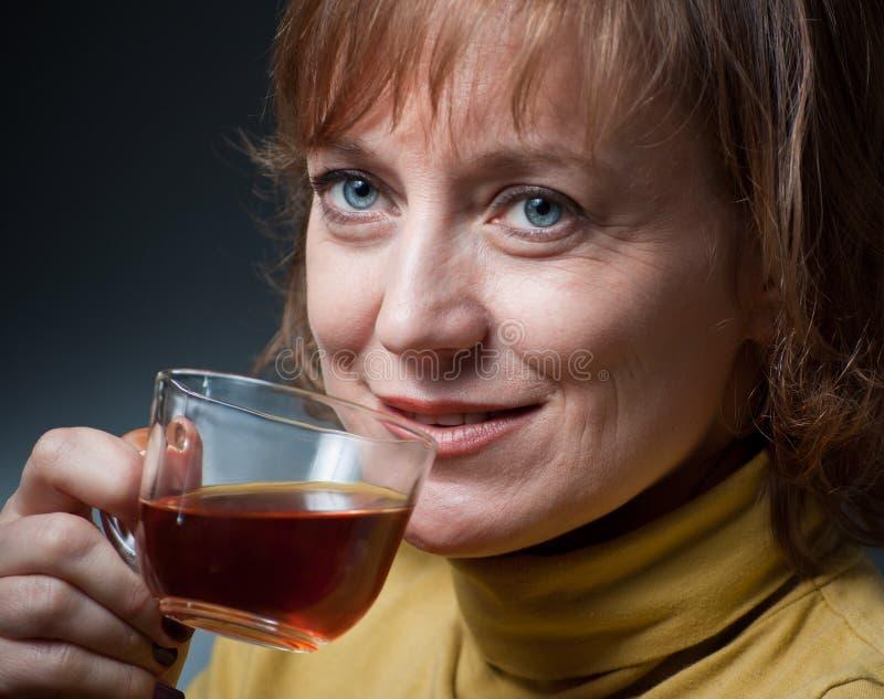 杯子茶妇女 免版税图库摄影