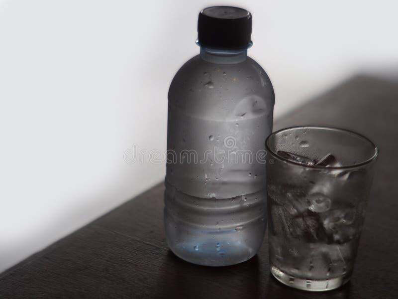 杯岩石冰和水瓶 免版税库存照片