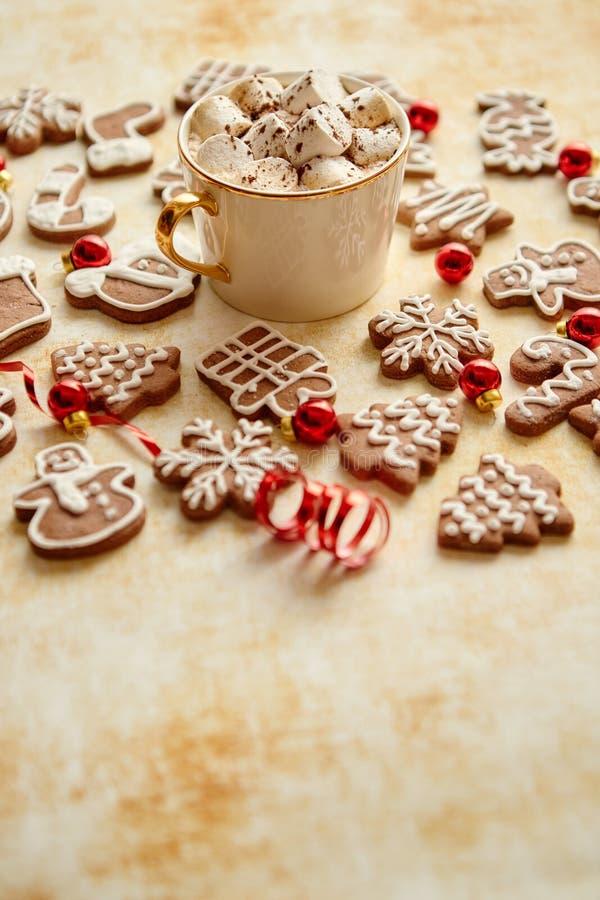 杯巧克力热饮和圣诞节塑造了姜饼曲奇饼 免版税库存照片