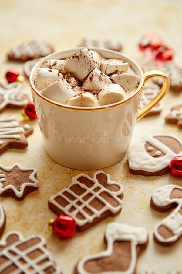 杯巧克力热饮和圣诞节塑造了姜饼曲奇饼 库存图片