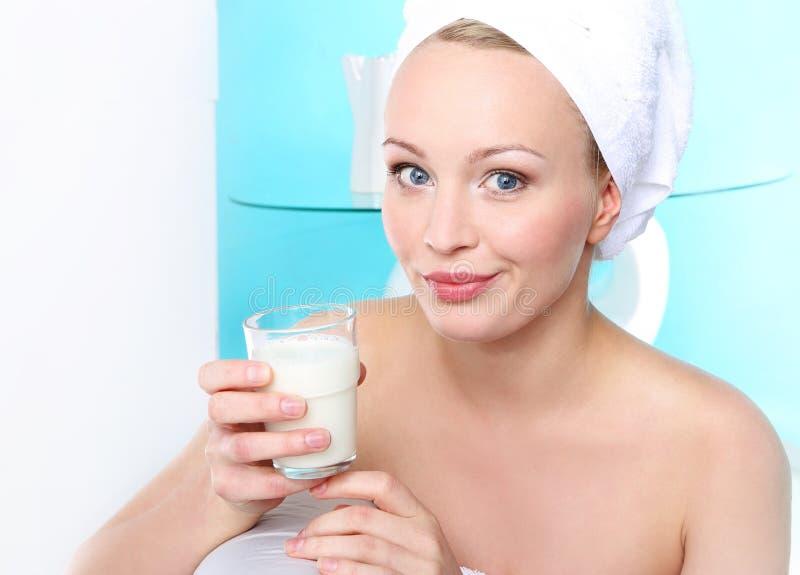杯强的骨头的牛奶 库存照片