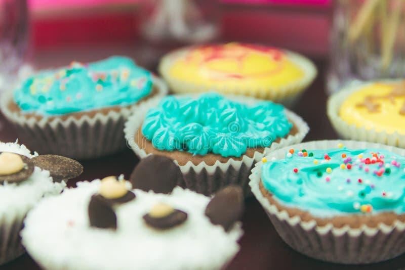 杯形蛋糕五颜六色的奶油色松饼 特写镜头和软的焦点 库存照片