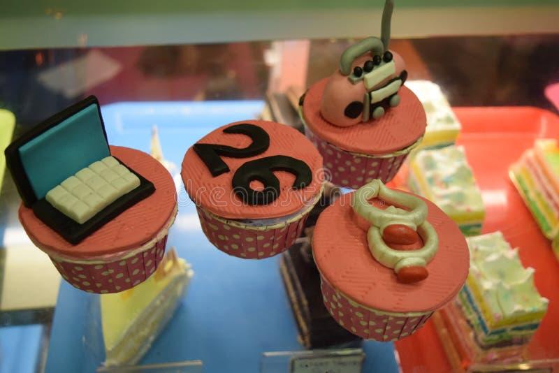 杯形蛋糕口味奶油girlslove蛋糕 库存图片
