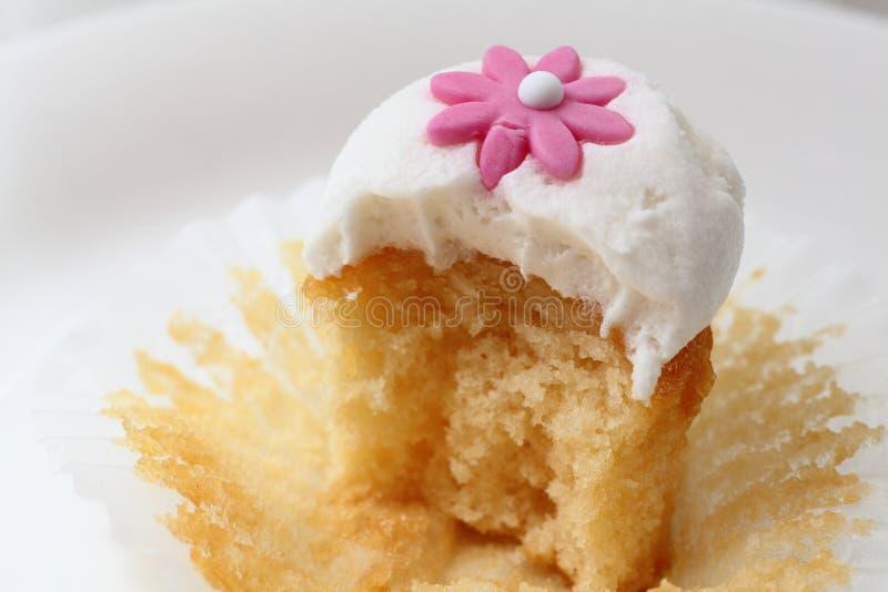 杯形蛋糕叮咬 免版税库存照片