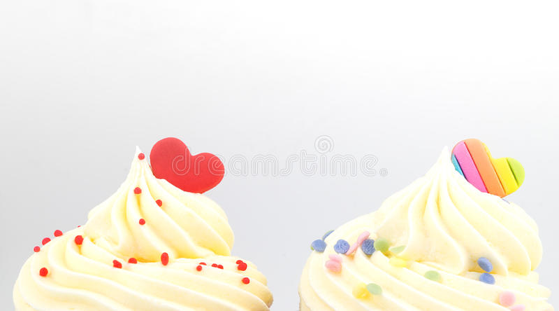 杯形蛋糕在白色的华伦泰心脏上面  免版税库存照片