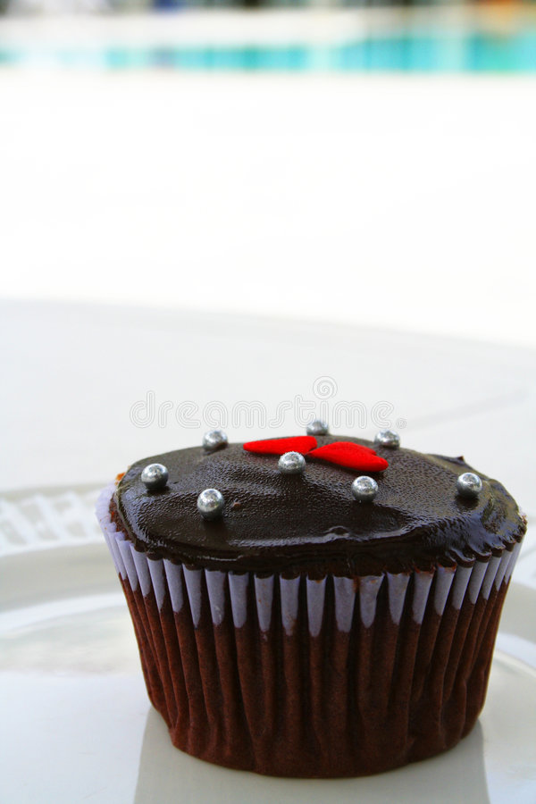 杯形蛋糕游泳池边 库存图片