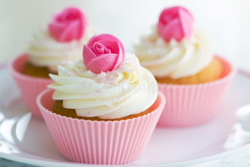 杯形蛋糕玫瑰花蕾 免版税图库摄影