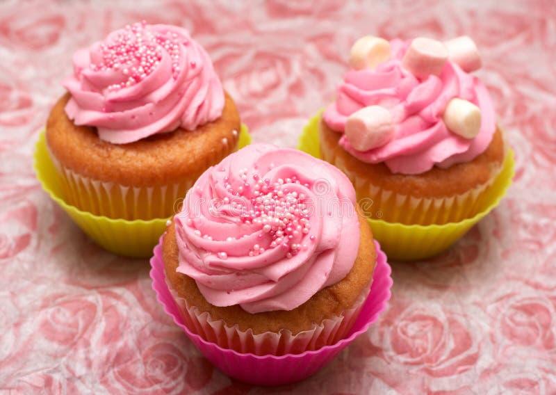 杯形蛋糕结冰草莓香草 图库摄影