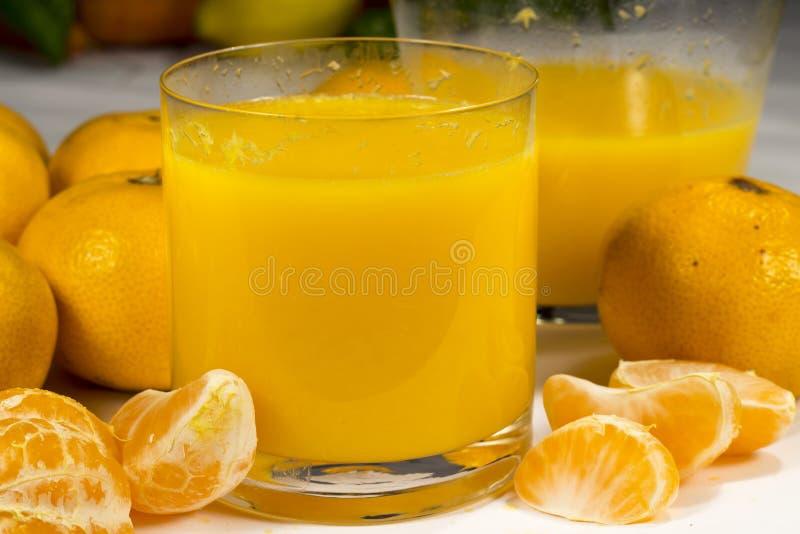 杯新近地被紧压的蜜桔橙汁 免版税图库摄影