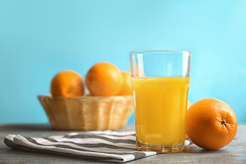 杯新鲜的橙汁用在桌上的果子 库存图片