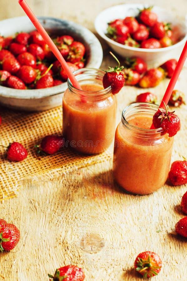 Download 杯新鲜的草莓非酒精鸡尾酒用莓果 库存照片. 图片 包括有 自创, 饮料, 降低, 健康, 樱桃, 成份, 红色 - 72358028