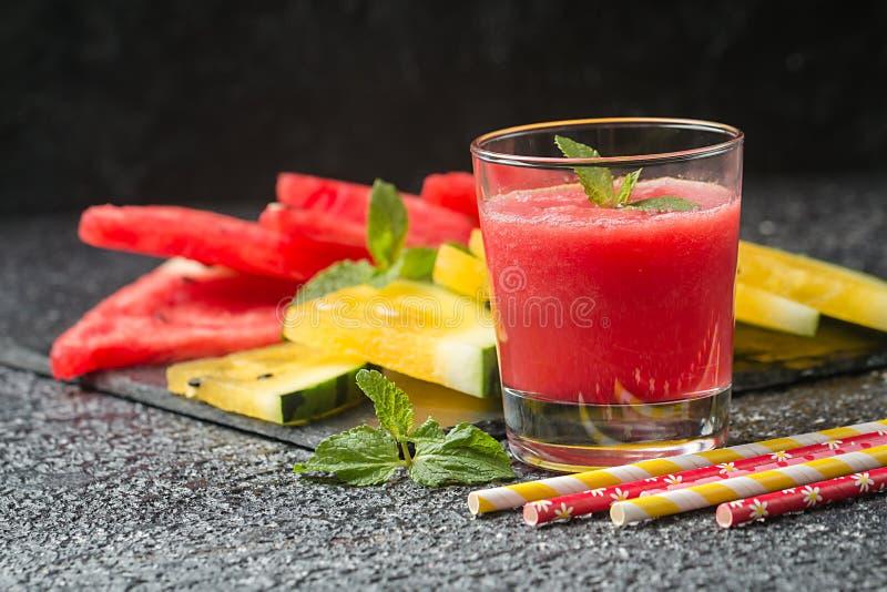 杯新鲜的西瓜汁 免版税库存照片