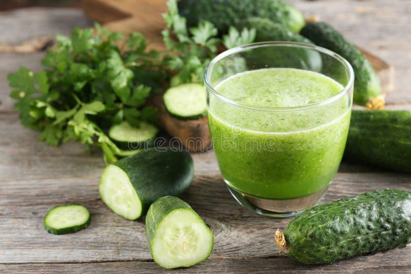 杯新鲜的黄瓜汁 免版税库存图片