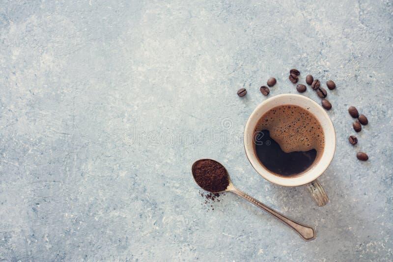 杯无奶咖啡、咖啡豆和老匙子 库存图片