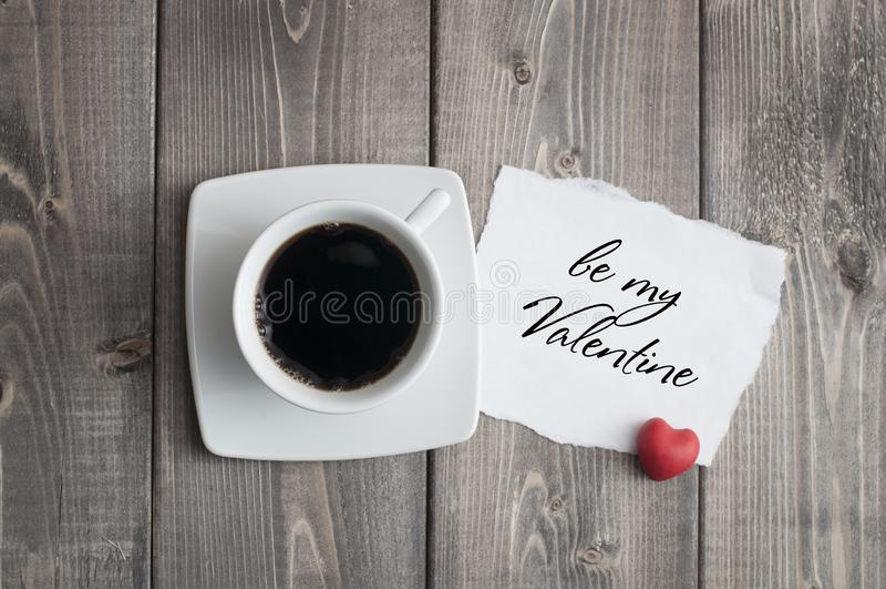 杯无奶咖啡和爱与红心形状的情人节消息 免版税库存照片