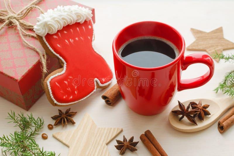 杯无奶咖啡用圣诞节姜饼 库存照片