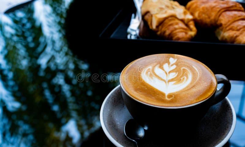杯早晨饮料的热的咖啡 天的重新开始 免版税库存图片