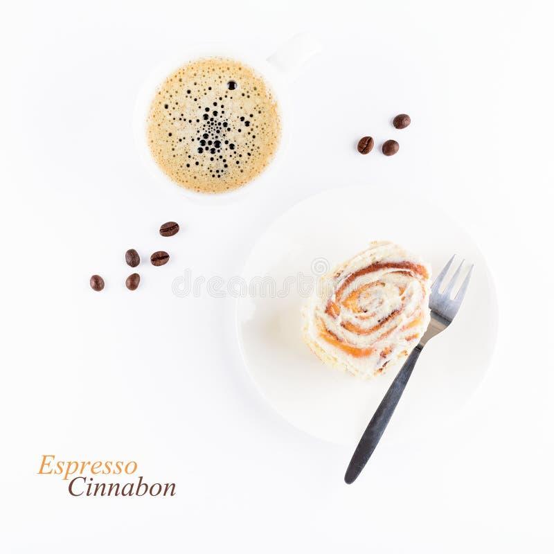 杯浓咖啡和新cinnabon滚动与釉在白色背景 自创桂香小圆面包和咖啡 顶视图 免版税库存照片