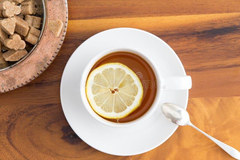杯清凉茶用红糖 免版税库存图片