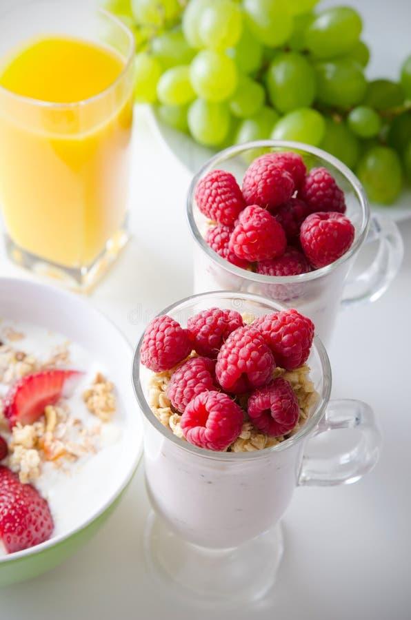 杯点心用新鲜的莓果、muesli和酸奶 库存照片