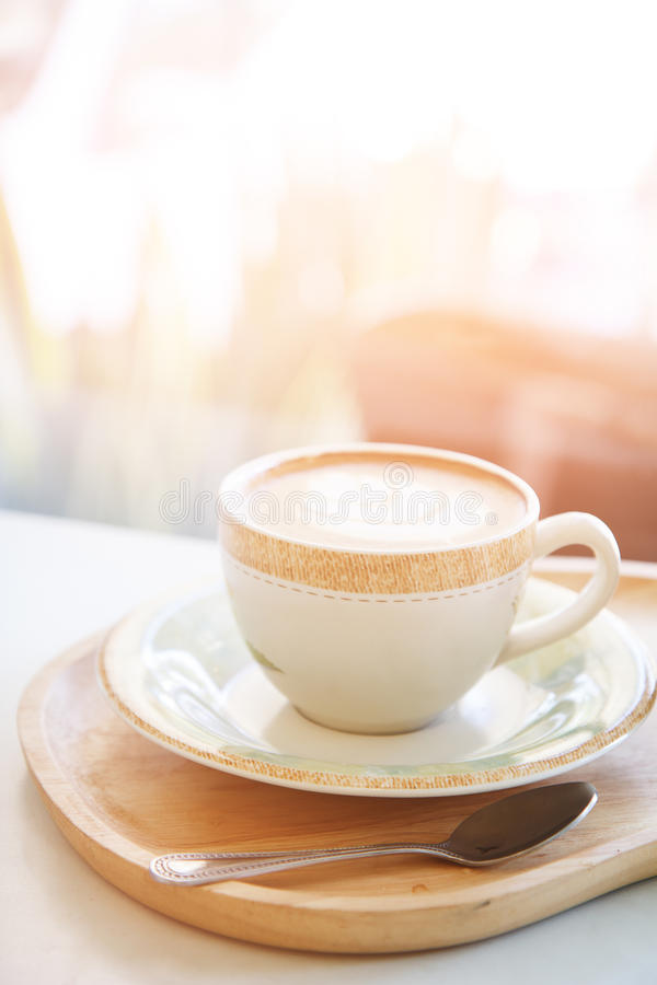 杯热奶咖啡咖啡在断裂时间和放松的咖啡馆商店 免版税库存图片