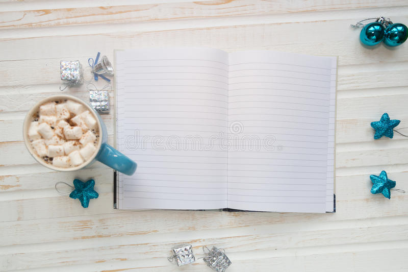 杯热的可可粉或巧克力用蛋白软糖,假日decorati 免版税库存图片