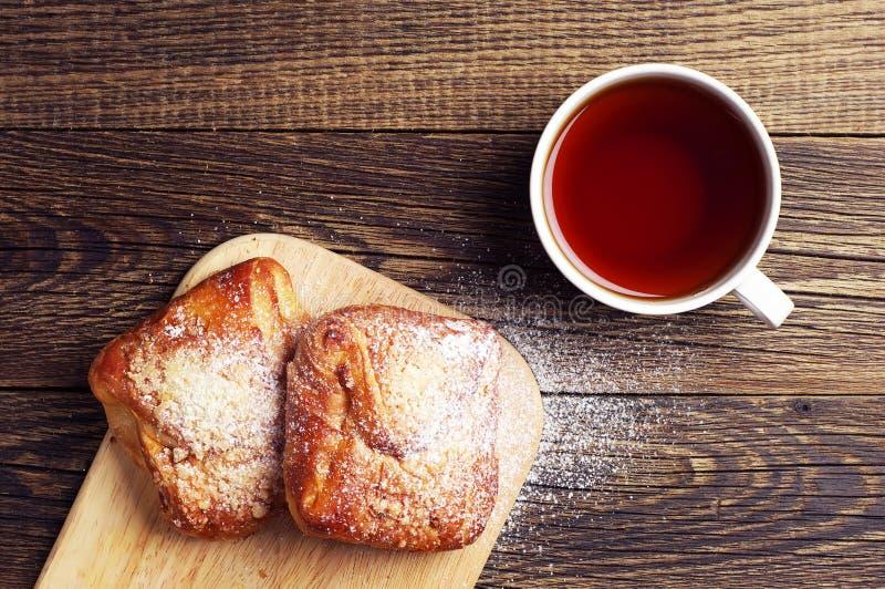 杯热的茶和小圆面包 免版税库存图片