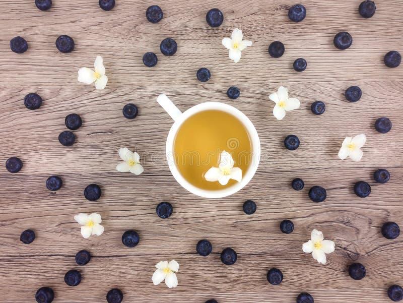 Download 杯热的绿茶、花和莓果在木桌上 平的位置 库存照片. 图片 包括有 汉语, 概念, 发狂, 关闭, browne - 72363542